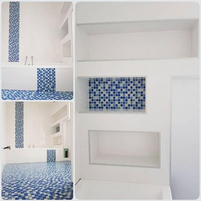 Mosaique bleue et carrelage blanc niches levignen