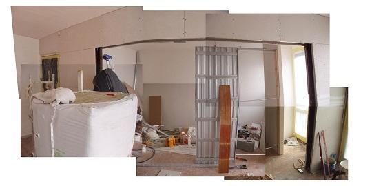 Ouverture entre le salon et la chambre avec porte coulissante en galandage