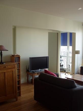 Ouverture entre le salon et la chambre avec portes coulissantes en galandage