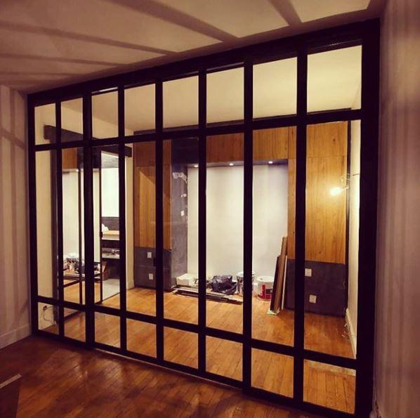 Paroi vitree facon vitrage atelier avec 2 portes coulissantes paris 75