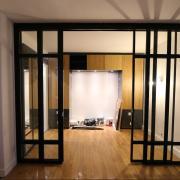Paroi vitree facon vitrage atelier avec 2 portes coulissantes paris