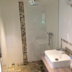 Salle de bain avec une douche italienne habillee de pierre